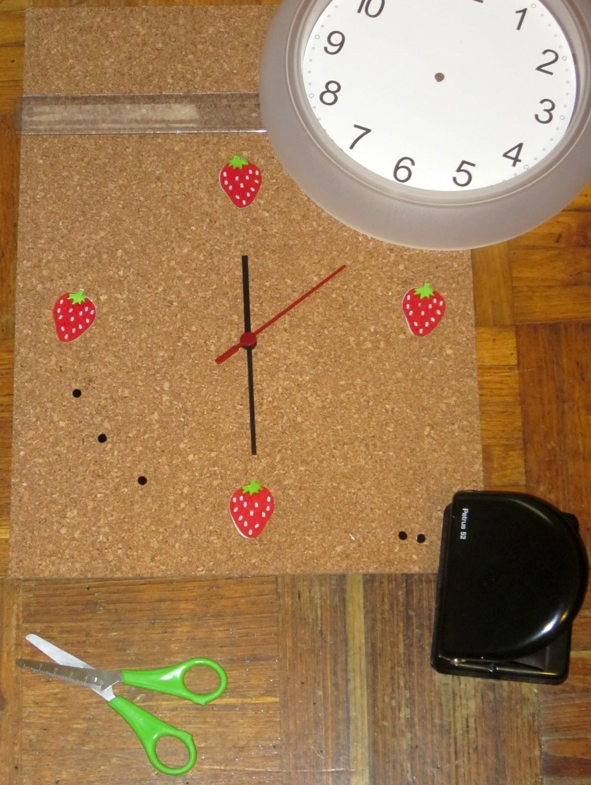 Whitebluewhite reloj de corcho con fresas - Mecanismo reloj pared ikea ...