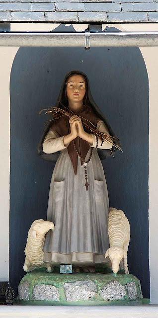 Imagem de Santa Bernadette Soubirous em Bartrès onde foi trabalhar de pastorinha.