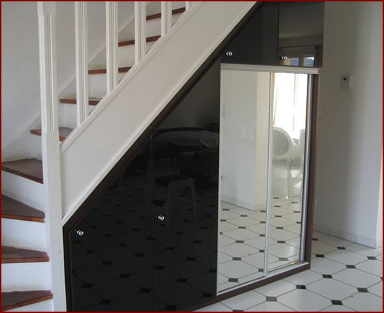 Trucs astuces et id es d co espace sous l 39 escalier for Etagere sous tv