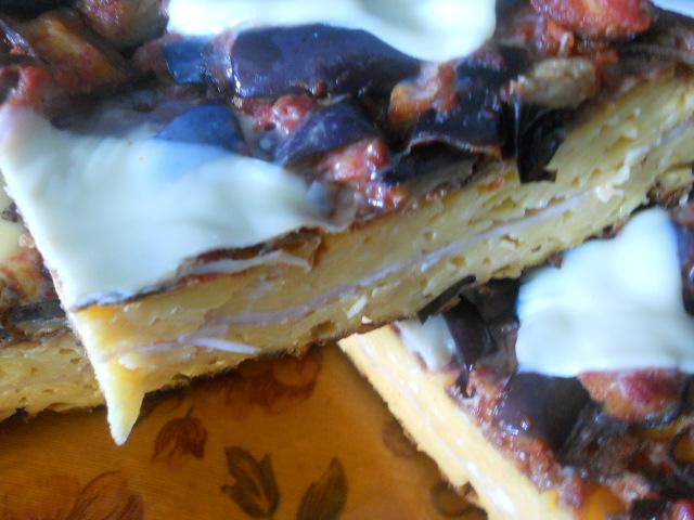 pizza - frittatona di fettuccine e tagliatelle farcita e decorata
