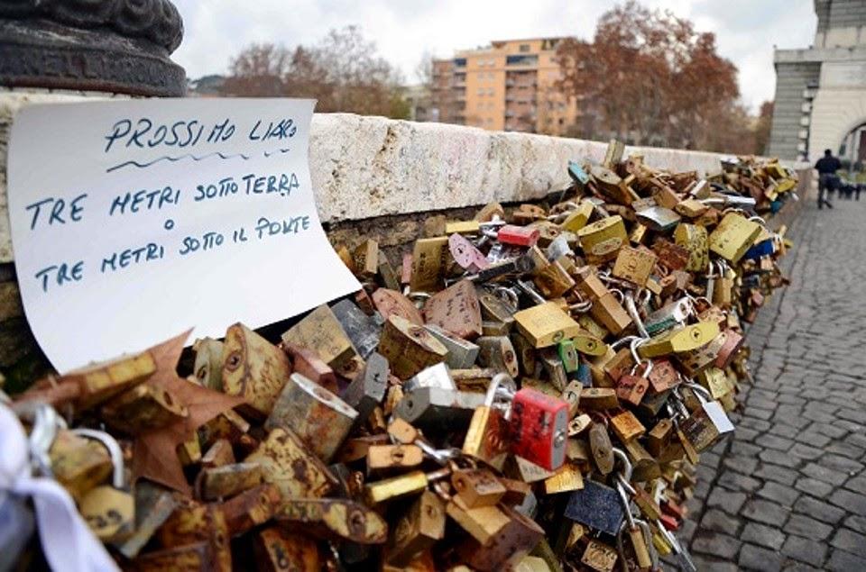 Rome bans lovers' locks to protect bridge