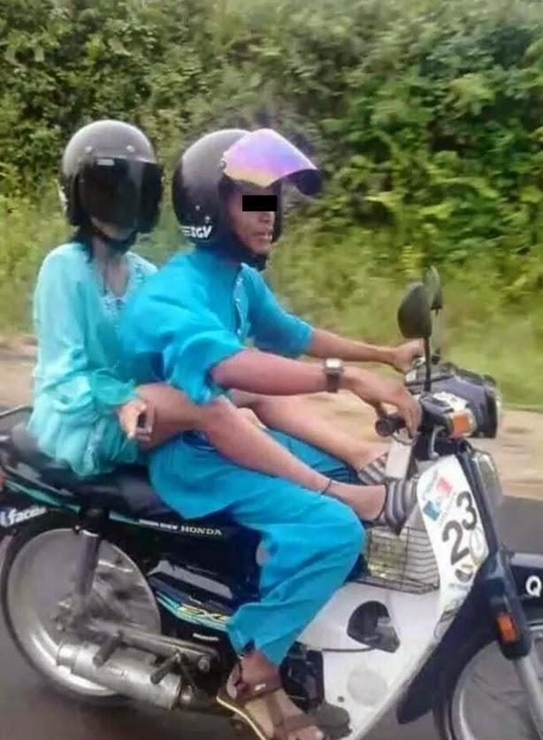 AWEK BAJU KURUNG MENGANGKANG MINTAK KOLOPIR ATAS MOTOR DENGAN TEMAN LELAKI