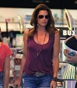 bintang film Cindy Crawford memakai kalung jenitri