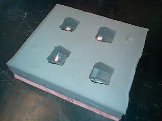 Retiradas as peças originais, remonte as duas camadas do molde para iniciar o processo de cópia