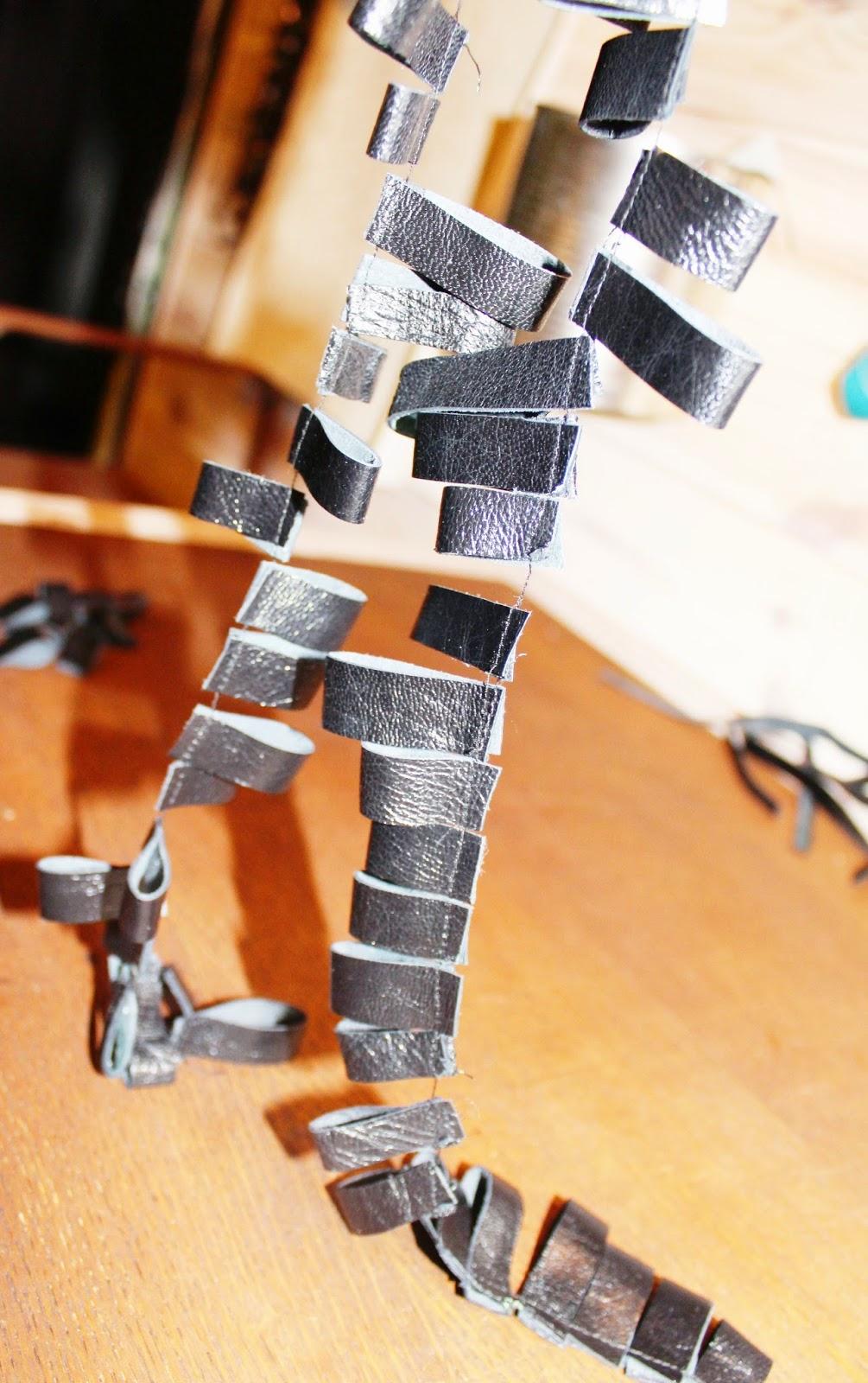 szycie skóry,jak zrobić bransoletkę skórzaną DIT krok po kroku jak zrobić,designerska biżuteria,recykling biżuteria,naszyjnik z recyklingu,bransoletka DIY,blog pasje DIY