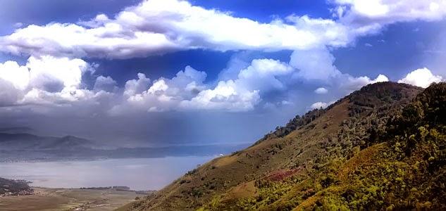 Bukit Kayangan, Nikmati Keindahan Alam Dari Atas Awan