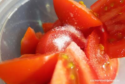 En la batidora el pan, el tomate, la sal, ...