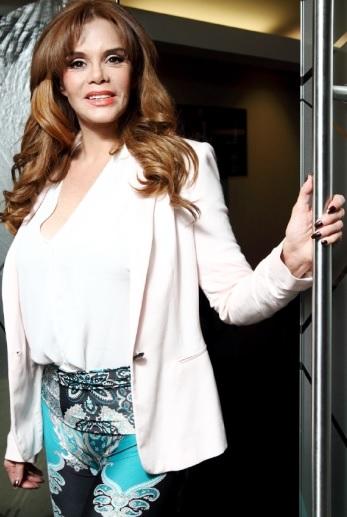 Lucía Méndez con ligera sonrisa