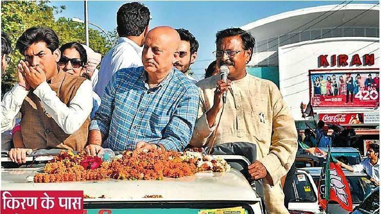 सेक्टर 22 में रोड शो के दौरान भाजपा के पूर्व सांसद सत्य पाल जैन, अनुपम खेर व अन्य