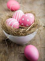 Великденски яйца в розово на точки и чертички