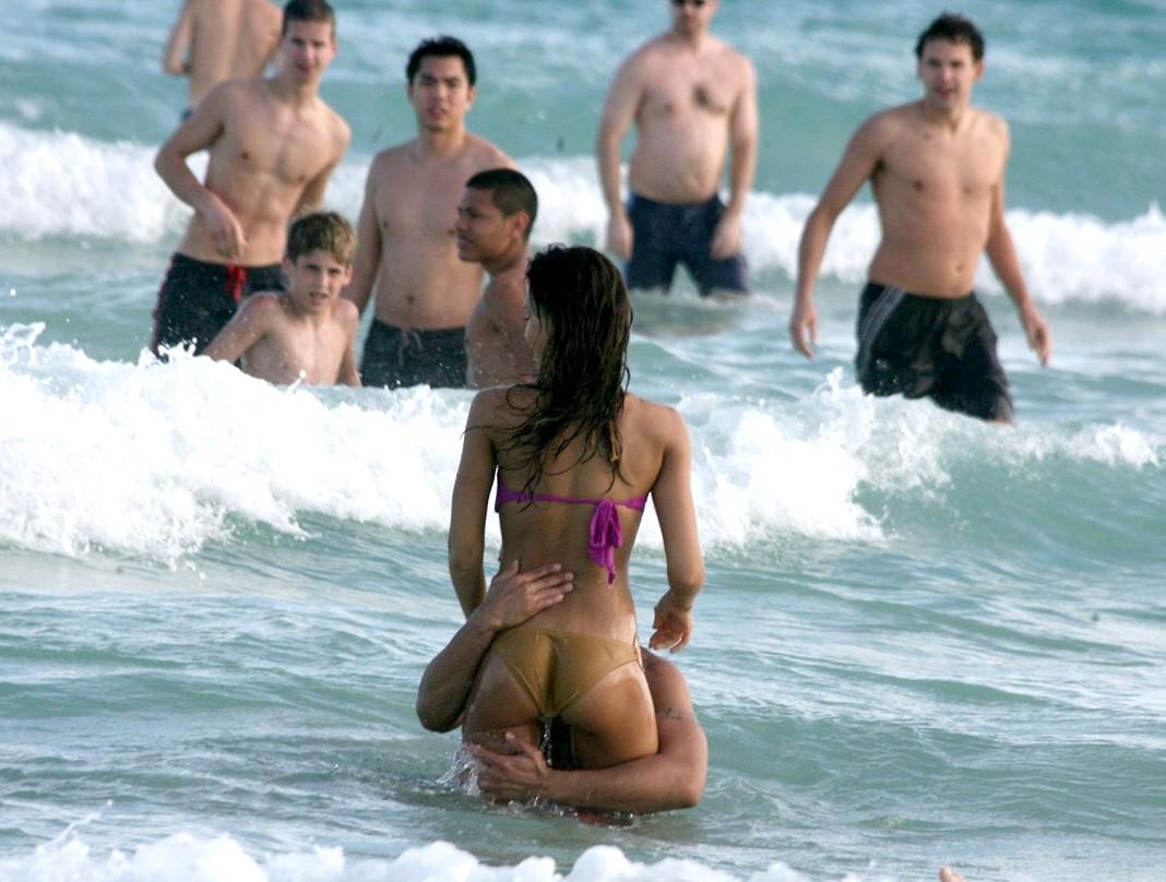 http://3.bp.blogspot.com/-hoW79hNGDqI/TiHTW7CYxyI/AAAAAAAAArc/VhUNr2MvRwA/s1600/Jessica_Alba_Bikini_016.jpg