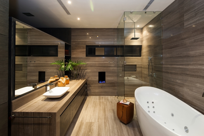 Bathroom In Dominant Modern Mansion By GLR Arquitectos