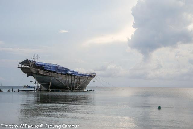 Indonesia - Sulawesi Selatan - Tanjung Bira - kapal phinisi yang hampir jadi
