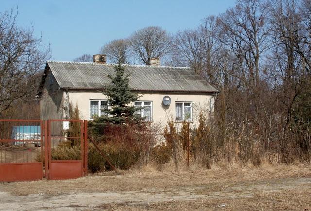 Dom byłej dyrektorki szkoły pani Aleksandry Chrząszcz postawiony obok byłej szkoły. Foto. Paweł Kałwiński.