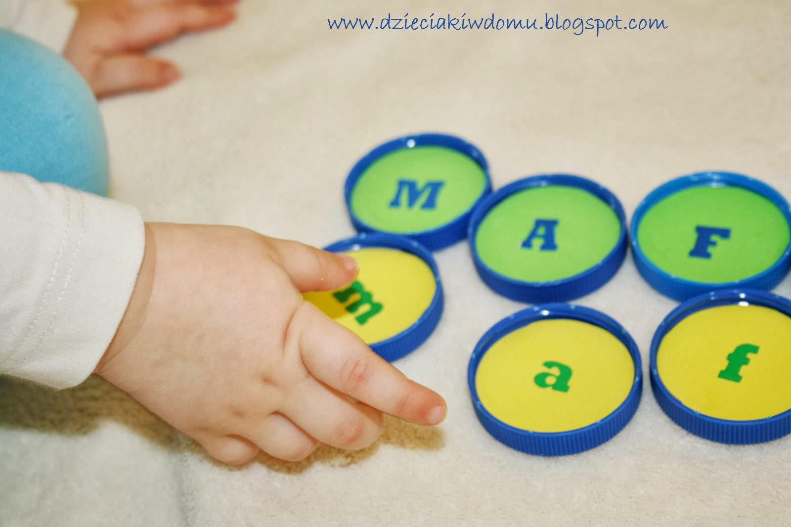 uczymy dzieci literek, kreatywne literki z nakrętek, małe i duże literki dla dzieci