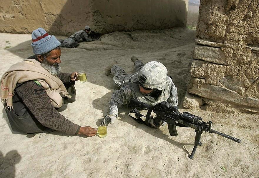 menawarkan teh kepada tentara | liataja.com