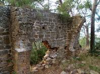 Vista de la paret de migdia de la sala gòtica on s'aprecien les restes dels dos arcs diafragmàtics
