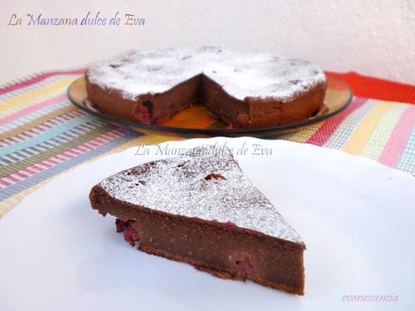 corte clafoutis chocolate y frambuesas