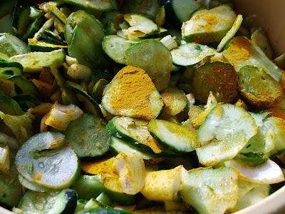 Sałatka ogórkowa z ziołami i kurkumą