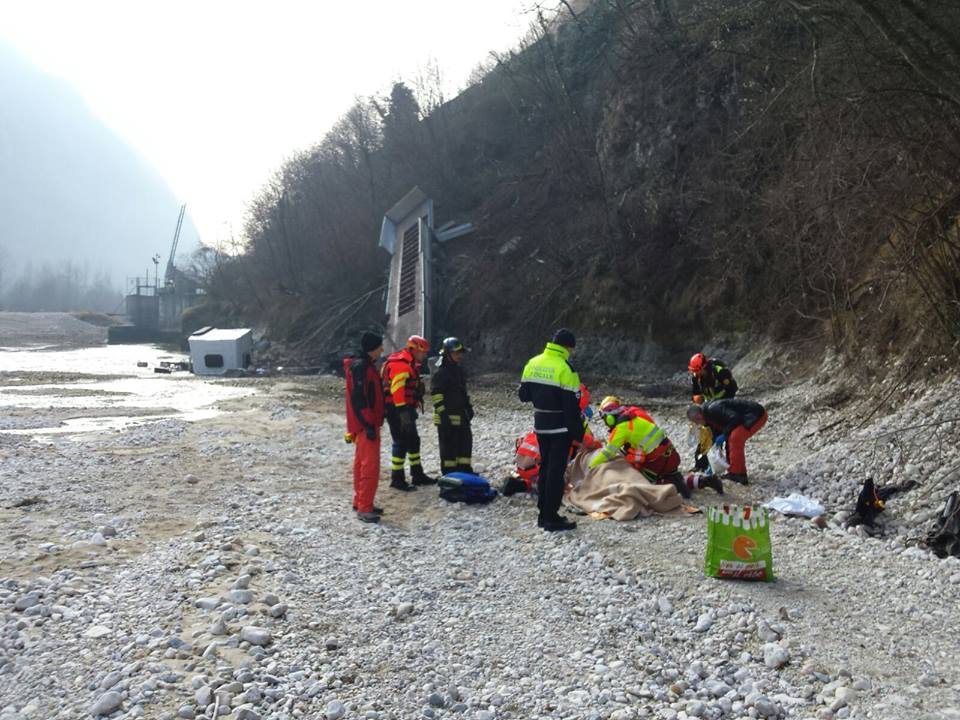 Scontro auto camion che finisce nell astico grave for Cabine del torrente grave