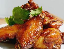 Куриные крылышки в остро - медовом соусе.