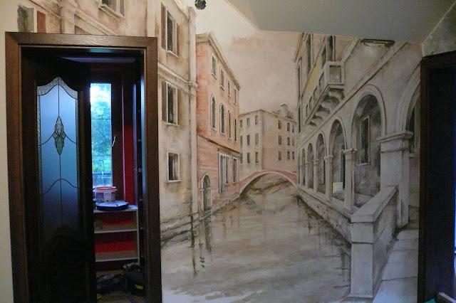 Artystyczne malowanie obrazu na ścianie w korytarzu, motyw Wenecja.