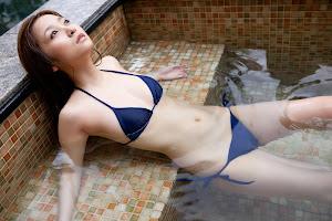 Aya Kiguchi sensual bajo el agua 9
