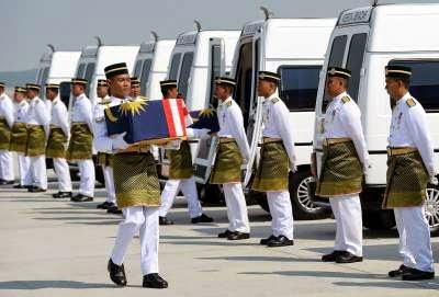 VIDEO GAMBAR Pesawat Bawa 20 Jenazah Mangsa MH17 Selamat Mendarat