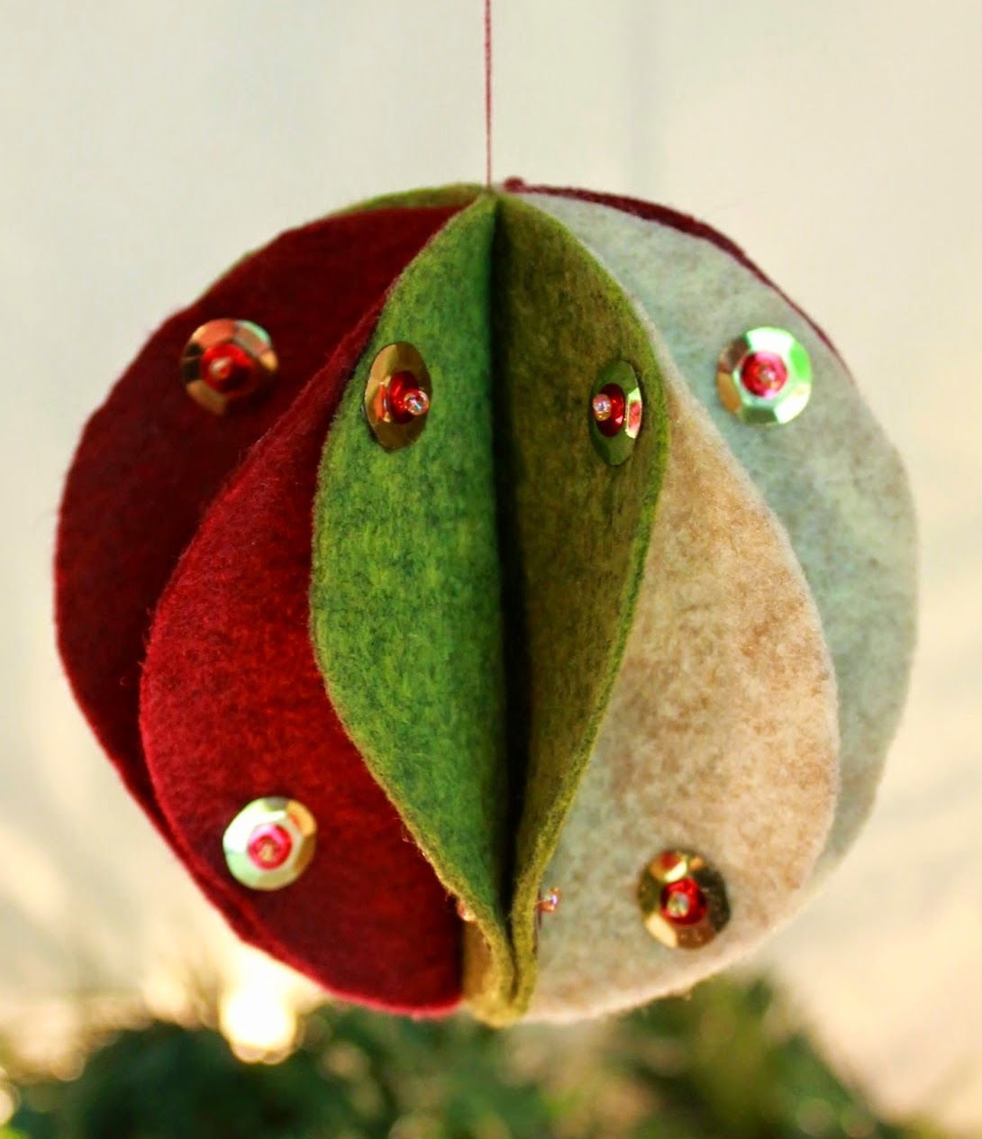 http://theinspiredwren.blogspot.com/2014/07/felt-christmas-ornament.html