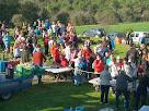Participants a la caminada esmorzant al mas Sobirana