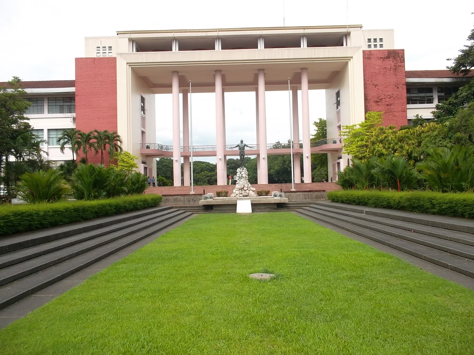 University of The Philippines Wallpaper The Oblation at The University