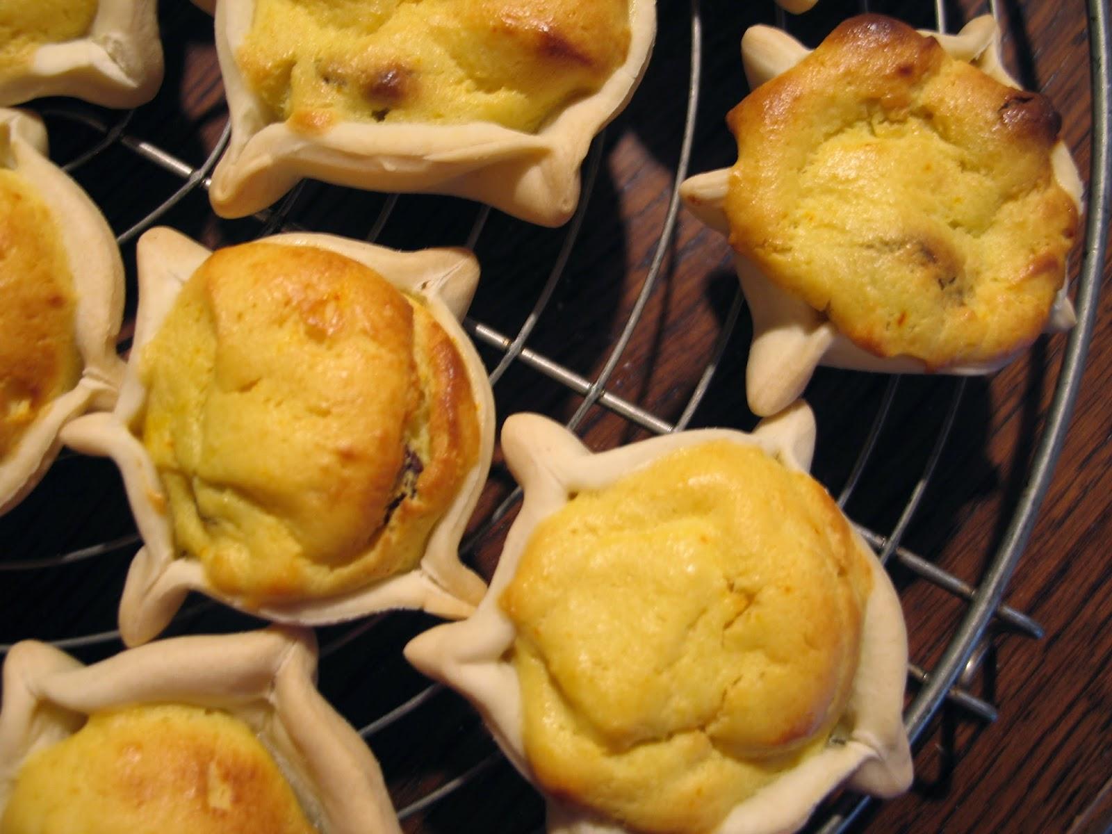 Sono dolci sardi pasquali fatti con formaggio di pecora fresco o ricotta e  aromatizzati con zafferano e scorze di arancia e limone.