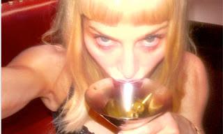 madonna bebiendo de una copa de metal y rubia