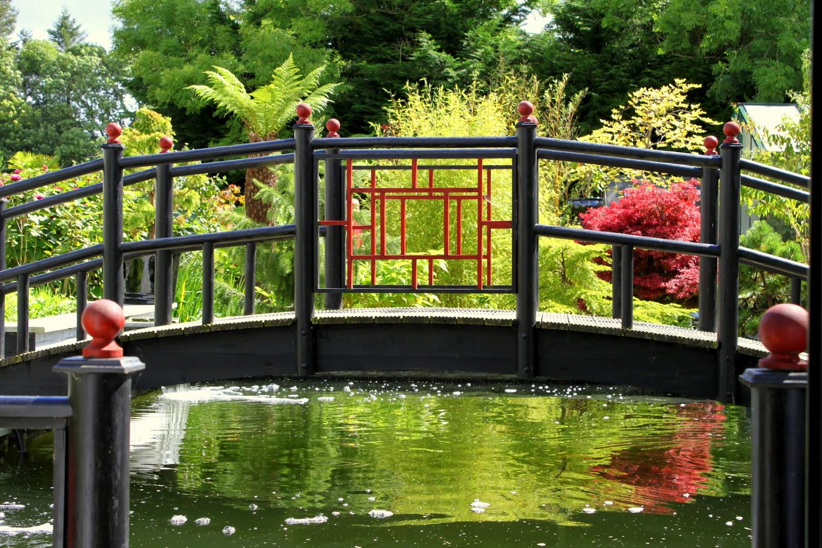 La vie en rose japanese garden for Japanese style bridge