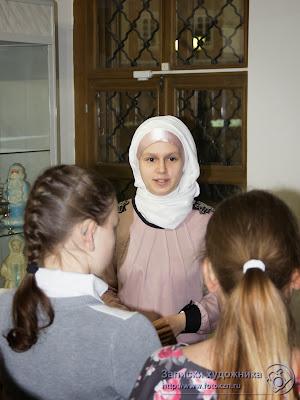 Лейла рассказывает детям о новогодних открытках