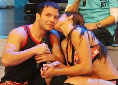 Jenko del Río recibiendo un beso de Paloma Fiuza