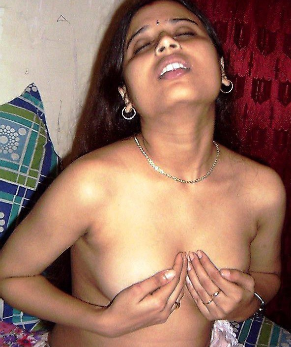 Kolkata aunty press her boobs