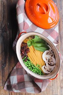 http://aime-mange.com/one-pot-pasta-champignons-petits-pois-vegan/
