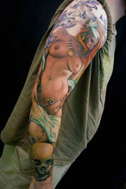 Tatuaje de mujer desnuda