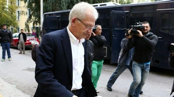 Γιώργος Σαρρής. Κατέστρεψε την Εθνική ομάδα, αλλά (ευτυχώς) παραιτήθηκε. Θα είναι υποψήφιος με τον Σύριζα για να σώσει κι αυτός μαζί με τους άλλους την Ελλάδα!