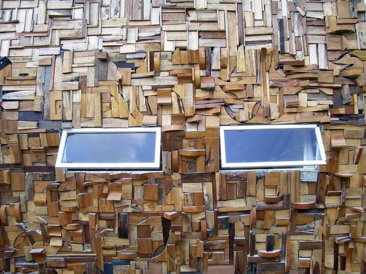 ragam hias dinding dari limbah kayu arsitektur ramah