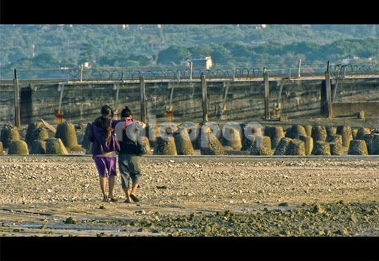 Wisatawan lokal sering berkunjung ke Pantai Jerman dan berjalan hingga ke sisi landasan Bandara Ngurah Rai
