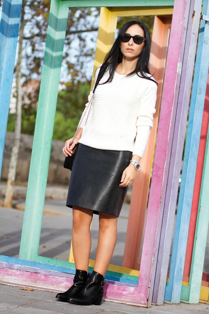 Outfit cómodo y chic con falda lápiz de cuero negra y botines