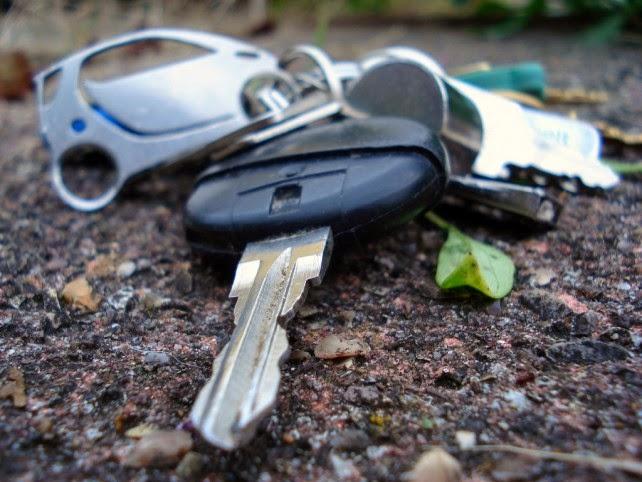 llaves perdidas en el suelo