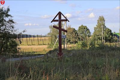 Православный придорожный крест у деревни Ходаки