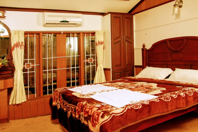 Pictures of a c deluxe houseboat that includes in kerala for 01 bedroom ac deluxe houseboat