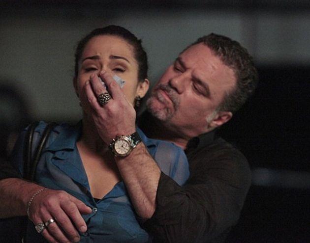 Morena cai em armadilha e é dopada por Russo na novela das nove (Foto: Reprodução/TV Globo)