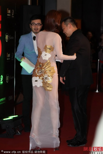 Artis Wanita Guna Dress Transparent Di Malam Anugerah China
