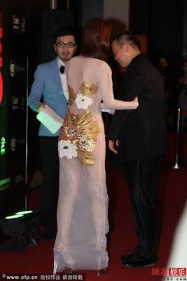 Artis Wanita Guna Dress Transparent Di Malam Anugerah China