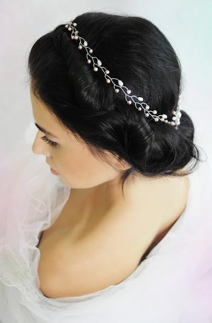 Perłowy wianek ślubny i niskie upięcie włosów.